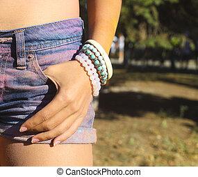 vervelend, kniebroek, straatfeest, denim, armband, kleur, holi, meisje