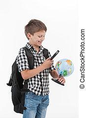 vervelend, schattig, vasthouden, globe, vergroten, achtergrond, lens., witte , schooljongen, schooltas, vrolijke