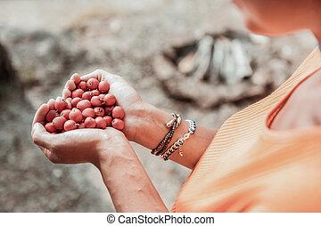 vervelend, vrouw, hemd, haar, velen, bovenzijde, holdingshanden, sinaasappel, besjes, rood, aanzicht
