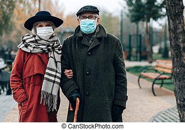 vervelend, wandelende, paar, maskers, gezicht, terwijl, middelbare leeftijd , steriel
