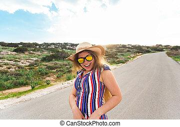 vervelend, zomer, concept, zonnebrillen, mensen, vakantie, -, jonge, feestdagen, vrouw, lachen, het glimlachen, hoedje, reizen, straat