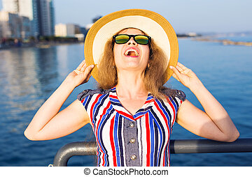 vervelend, zomer, concept, zonnebrillen, zee, mensen, hoedje, op, -, jonge, feestdagen, vrouw, achtergrond, het glimlachen, zet op het strand vakantie, reizen