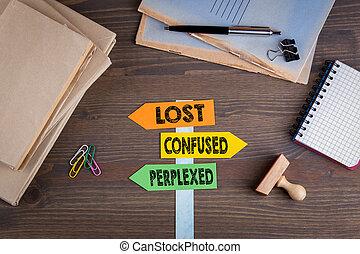 verward, houten, wegwijzer, concept., verward, verloren, papier, bureau