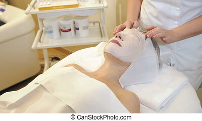 verwijdert, schoonheidspecialist, masker, jonge, gezicht, klei, spa, meisje, salon.