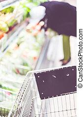 verwischen, hintergrund, von, frau, kunde, auswahl, frisch, produkt, auf, regal, in, supermarkt