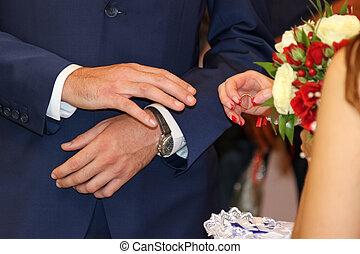 verwisselen, van, trouwfeest, rings., bruid, plaatsen, de, ring, op, de, groom's, hand.