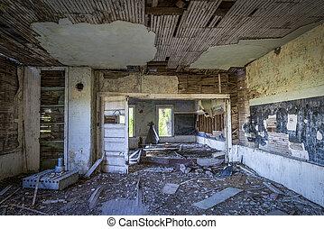 Houten huis interieur verlaten trap. garden. verlaten trap