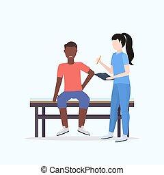 verwond, raadgevend, volle, patiënt, vasthouden, arts, concept, handleiding, amerikaan, bed, lengte, klembord, therapist, vrouwelijke afrikaan, therapie, zittende , sportende, mannelijke , lichamelijk