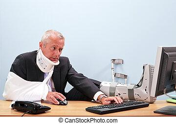 verwond, zakenman, werken aan, zijn, bureau