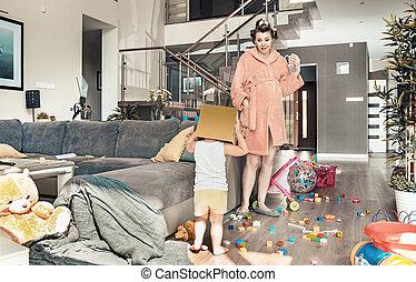 verwonderd, mamma, het staren, op, haar, spelend, kind