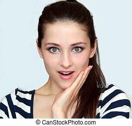 verwonderd, vrouw, met, geopend, mond, en, hand, op, gezicht, looking., closeup, vrijstaand, verticaal