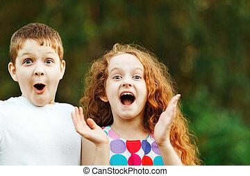 verwonderd, weinig; niet zo(veel), kinderen, glimlachen, en, vrolijke , in, zomer, outdoor.