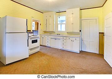 Very old white and yellow kitchen in a bad condition - Build...