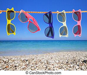 verzameling, van, zonnebrillen, op het strand