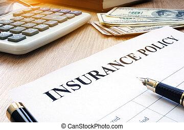 verzekeringspolis, en, dollarrekeningen, op, een, kantoor, desk.