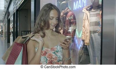 verzending, vrouw winkelen, haar, tekst, cel, telefoon., boodschap