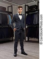 vest, jacket., shop., roeien, foto, het proberen, classieke, kleren, informatietechnologie, tegen, jonge, toonzaal, reclame, man, modieus, zakenman, kostuums, posing.