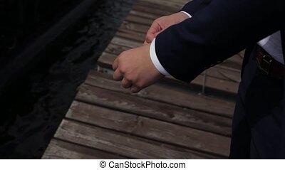 veste, homme affaires, ajuste, met, poignets