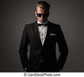 vestido, confiante, terno preto, afiado, homem