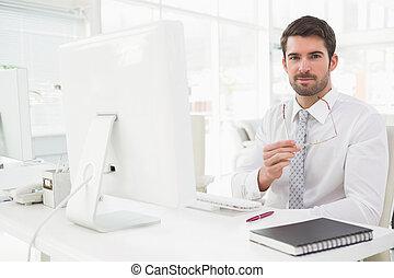 vestido, poço, sorrindo, homem negócios, sentando