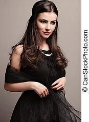 vestido preto, pérolas