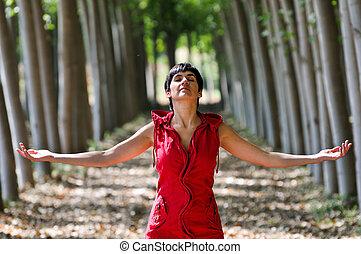 vestito, donna meditando, foresta, rosso