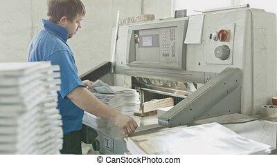 veston bleu, met, ouvrier, machine, glisseur, impression, papier, guillotine, usine, coupeur