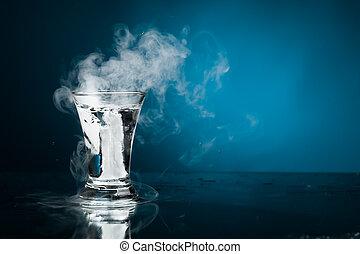 vetro colpo, di, vodka, con, ghiaccio, vapore