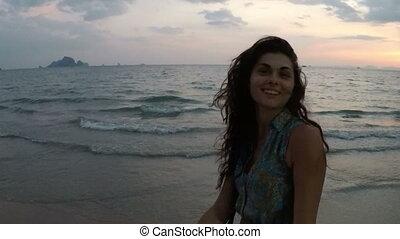 vew, marche, femme, point, bord mer, jeune, main, appareil photo, coucher soleil, tenue, action, homme souriant, plage, girl, heureux