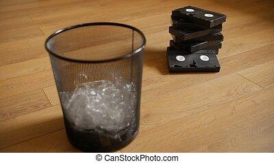 vhs-cassettes, peu, dustbin.