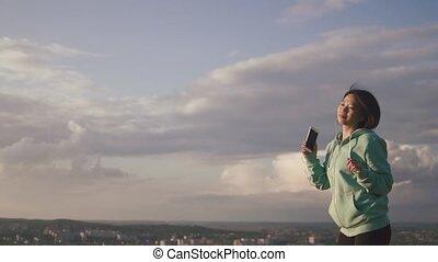 via, écoute, sky., danse, jeune, gai, musique, asiatique, fond, sourire, girl, agréable, écouteurs