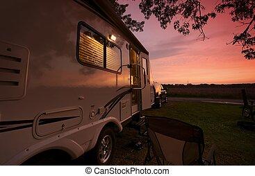 viaggiare, roulotte, in, tramonto