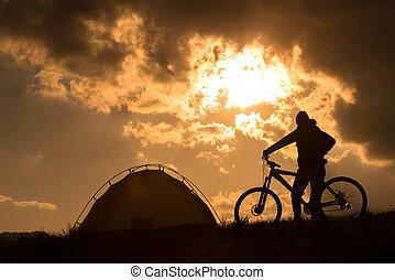 viaggiare, solo, con, uno, tenda, e, bikes., maltempo, coming.