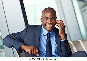 viajante, africano, negócio, cellphone