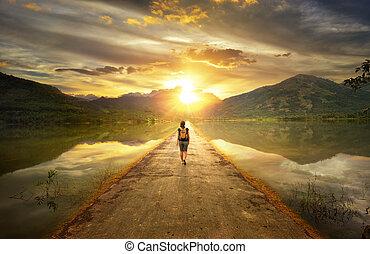 viajante, caminhando, a, estrada, para, a, montanhas