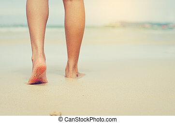 viajantes, é, descalço, ligado, a, sand., para, a, pés, para, sentir, a, suavidade, de, a, areia, e, relaxe, desfrutar, a, sea.