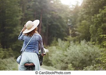 viaje, verano, día soleado, bosque