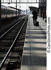 viajero, en, un, ferrocarril, platform.