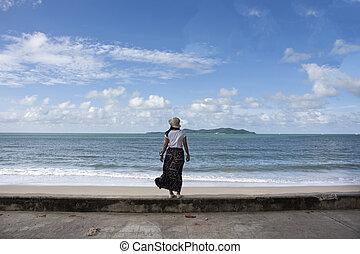 viajero, tailandés, mujeres, juego, relajar, y, posar, para, toma, foto, en, prohibición, pae, playa, en, rayong, tailandia