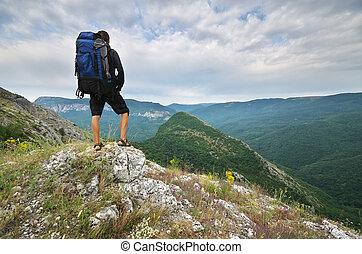 viajero, turista, en, mountain.