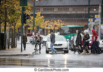 viajeros, esperar, vehículos, calle, cruz