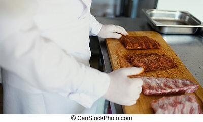 viande, préparer, restaurant, côtes, chef cuistot, découpage, closeup, planche, homme, professionnel, épice, cuisine