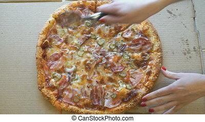 viande, tranches, main, partage, utilisation, couteau, pizza