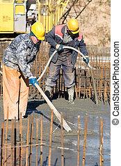 vibration, constructeur, deux, niveler, site., béton, construction, pendant, travaux, ouvriers