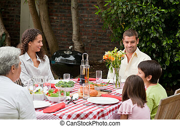vidám család, étkezési, a kertben