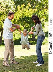 vidám, család, a parkban