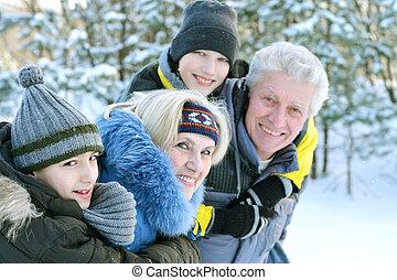 vidám család, alatt, tél, szabadban