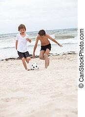 vidám család, atya, két, gyerekek, játék foci, képben látható, tengerpart, nyár