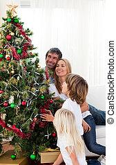 vidám család, díszít, egy, karácsonyfa