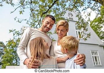 vidám család, előtt, épület, szabadban